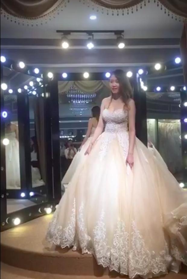 Ra Đà Nẵng thử váy cưới, Huy Nam chiều vợ chẳng kém bạn thân Kelvin Khánh! - Ảnh 2.