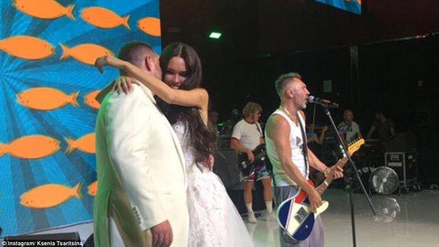 Đám cưới xa hoa nhất 2017: Đại gia khét tiếng kết hôn cùng người mẫu nóng bỏng, nhẫn cưới có giá hơn 200 tỷ đồng - Ảnh 7.