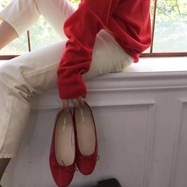 Thu này nếu định sắm thêm giày, bạn nhất định nên chọn giày búp bê màu đỏ vì nó sắp thành hot trend đến nơi rồi! - Ảnh 10.