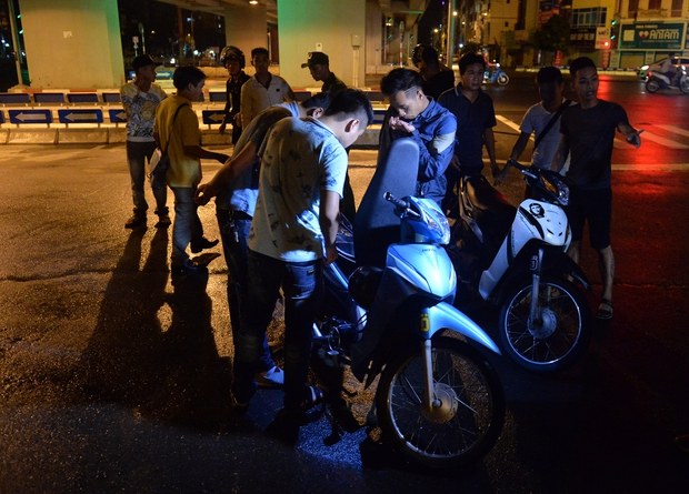 Hà Nội ra quân tổng kiểm tra, kiểm soát hành chính trong đêm: Đang ngồi uống nước, bị mời về phường vì không mang giấy tờ tuỳ thân - Ảnh 7.