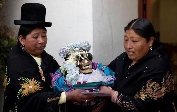 Lễ hội đáng sợ tại Bolivia: Đưa đầu lâu người thân dạo chơi khắp nơi cùng kính râm, mũ rộng vành như người còn sống - Ảnh 7.