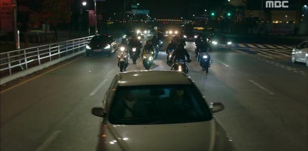 """""""Two Cops"""": Jo Jung Suk, Hyeri may mắn thoát chết trong gang tấc - Ảnh 8."""