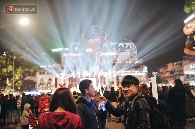 Giới trẻ Hà Nội - Sài Gòn kéo xuống phố đông nghịt đi chơi Noel - Ảnh 6.