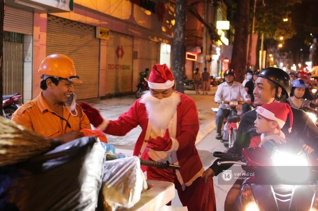 Chùm ảnh: Nhóm thợ xăm ở Sài Gòn hóa thành ông già Noel để tặng quà cho người lang thang đêm Giáng sinh - Ảnh 6.