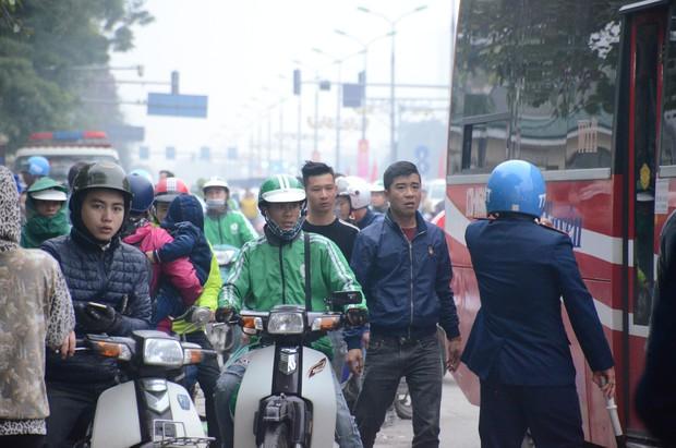 Đường phố Sài Gòn và Hà Nội đông đúc sau ngày làm việc cuối cùng trong năm 2017 - Ảnh 36.