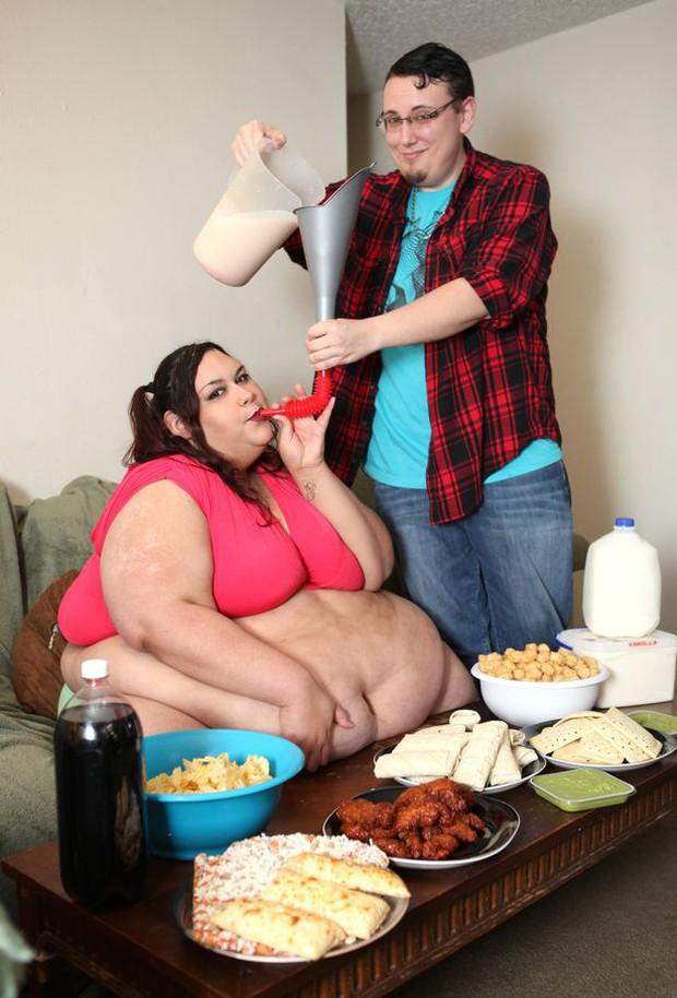 Cô gái ăn uống bằng phễu quyết tâm giảm cân để thực hiện sứ mệnh cao cả - Ảnh 2.