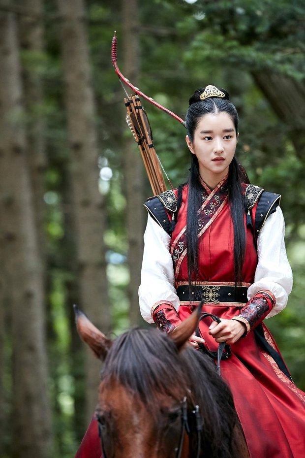 Hwarang: Vừa nói yêu Go Ara, Park Seo Joon lĩnh ngay một mũi tên chí mạng - Ảnh 13.