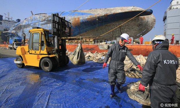 Những di vật được tìm thấy trong xác phà Sewol sau 3 năm chìm dưới đáy đại dương - Ảnh 9.