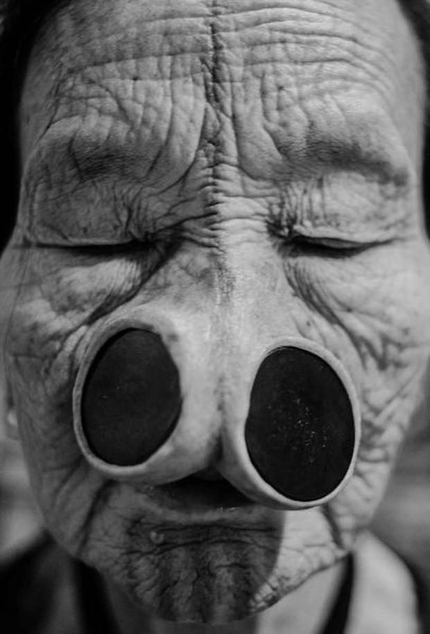 Tập tục xăm mặt, đeo khuyên nong mũi để tránh bị bắt vợ của phụ nữ Apatanis - Ảnh 8.