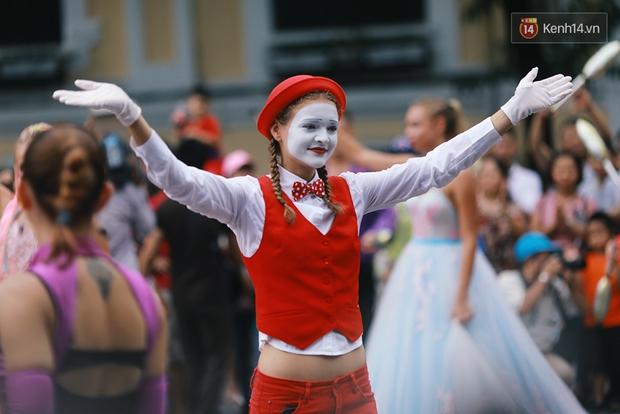 Dàn trai xinh gái đẹp ngoại quốc trong carnival nghệ thuật đầu tiên ở phố đi bộ hồ Gươm - Ảnh 12.