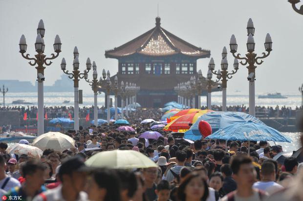 Nghỉ lễ theo phong cách biển người ở Trung Quốc: Ngày đầu kẹt xe, ngày giữa chen chúc, ngày cuối tắc đường - Ảnh 9.