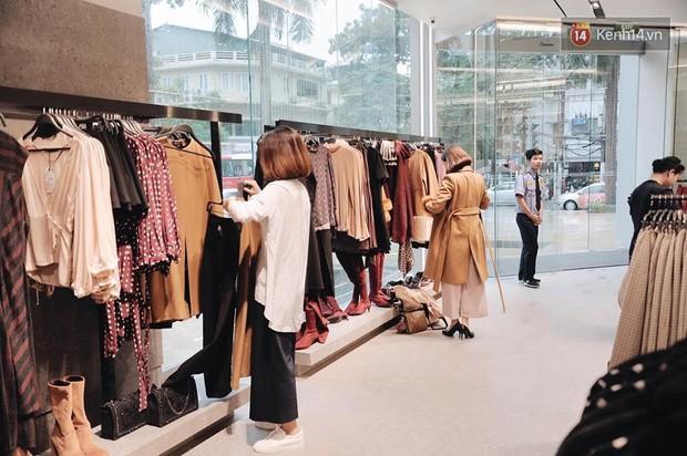 Zara Hà Nội khai trương: Tới trưa khách đông nghịt, ai cũng nô nức mua sắm như đi trẩy hội - Ảnh 17.
