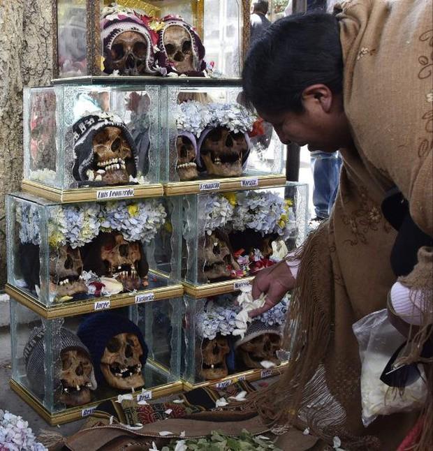 Lễ hội đáng sợ tại Bolivia: Đưa đầu lâu người thân dạo chơi khắp nơi cùng kính râm, mũ rộng vành như người còn sống - Ảnh 8.