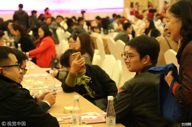 Trung Quốc: Ngày hội xem mắt của nam thanh nữ tú FA, ngờ đâu toàn ông bà cha mẹ tham gia giành người - Ảnh 7.
