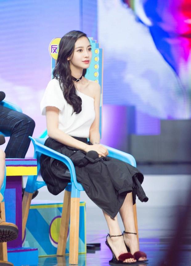 BST giày cao gót bá đạo của Phạm Băng Băng, Angela Baby: lênh khênh như cà kheo, thậm chí không có gót nhìn đã muốn trẹo chân - Ảnh 7.