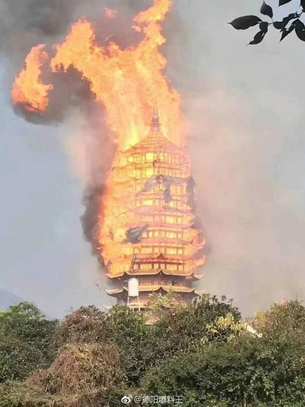 Trung Quốc: Cửu lung linh tháp gỗ 500 tuổi cao nhất châu Á bốc cháy ngùn ngụt trong biển lửa - Ảnh 6.