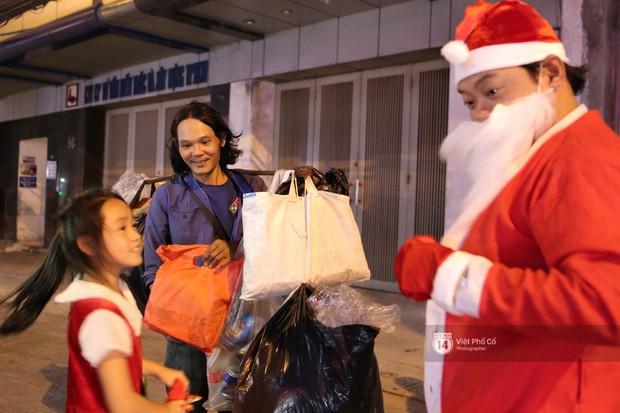 Chùm ảnh: Nhóm thợ xăm ở Sài Gòn hóa thành ông già Noel để tặng quà cho người lang thang đêm Giáng sinh - Ảnh 7.