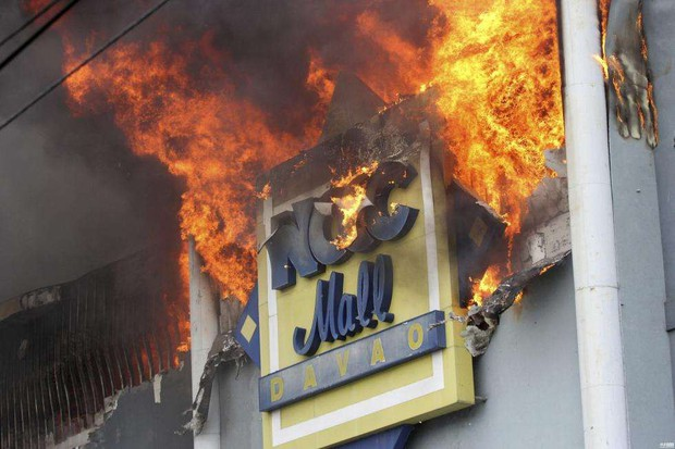 Tổng thống Philippines không kìm được nước mắt khi nghe tin 37 người thiệt mạng trong vụ hỏa hoạn - Ảnh 1.