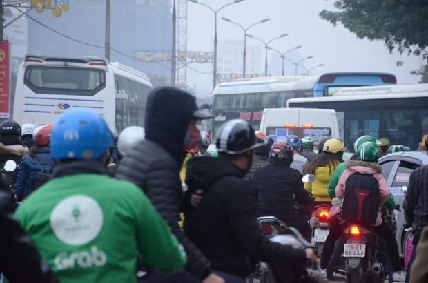 Đường phố Sài Gòn và Hà Nội đông đúc sau ngày làm việc cuối cùng trong năm 2017 - Ảnh 37.