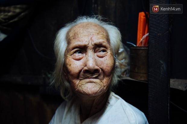 Chuyện bà cụ bán bánh sùng hơn 60 năm nuôi con gái tâm thần ở Sài Gòn: Chỉ mong một lần nghe con gọi Má ơi - Ảnh 10.