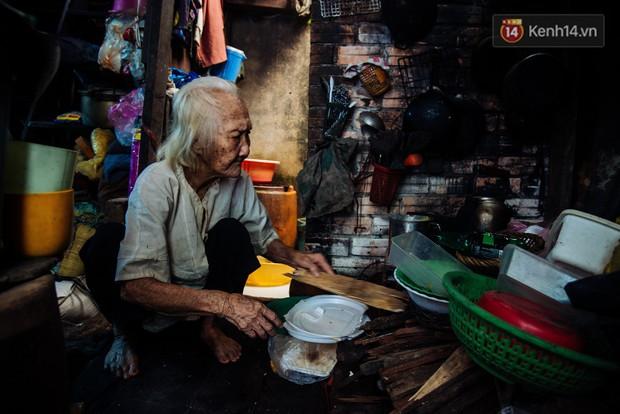 Chuyện bà cụ bán bánh sùng hơn 60 năm nuôi con gái tâm thần ở Sài Gòn: Chỉ mong một lần nghe con gọi Má ơi - Ảnh 2.
