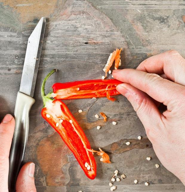 4 cách cắt ớt không bỏng tay, người mê ăn cay mà bỏ qua thì quá phí! - Ảnh 1.