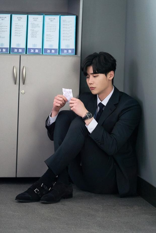 Vai trong Khi Nàng Say Giấc có gì khác loạt vai diễn trước đây của Lee Jong Suk? - Ảnh 3.