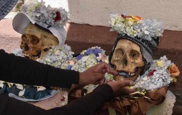 Lễ hội đáng sợ tại Bolivia: Đưa đầu lâu người thân dạo chơi khắp nơi cùng kính râm, mũ rộng vành như người còn sống - Ảnh 9.