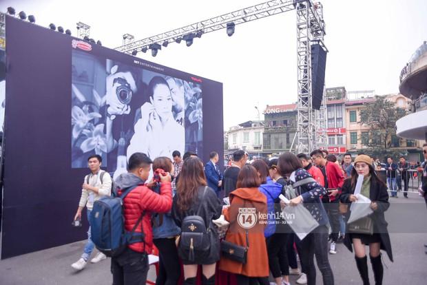 Fan Mỹ Tâm xếp hàng dài ở phố đi bộ Hồ Gươm chờ ký tặng từ sớm, nhảy flashmob vũ điệu say rượu tưng bừng - Ảnh 8.