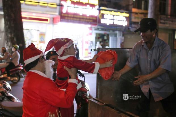 Chùm ảnh: Nhóm thợ xăm ở Sài Gòn hóa thành ông già Noel để tặng quà cho người lang thang đêm Giáng sinh - Ảnh 8.