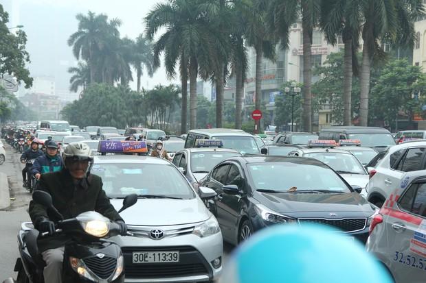 Đường phố Sài Gòn và Hà Nội đông đúc sau ngày làm việc cuối cùng trong năm 2017 - Ảnh 39.