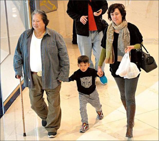 Tình cũ tin đồn của Phạm Băng Băng ngày càng phát tướng, đi đứng phải chống gậy ở tuổi 65 - Ảnh 1.