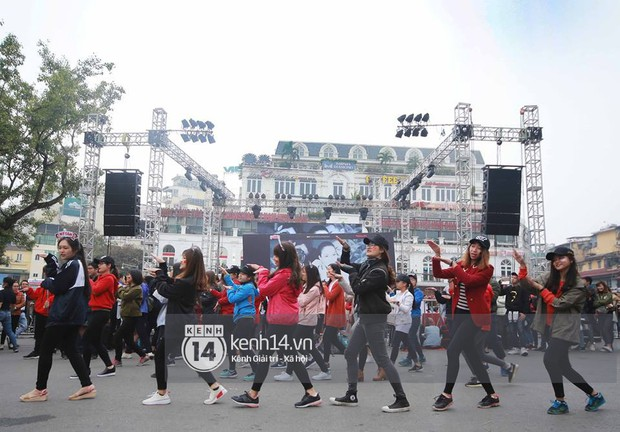 Fan Mỹ Tâm xếp hàng dài ở phố đi bộ Hồ Gươm chờ ký tặng từ sớm, nhảy flashmob vũ điệu say rượu tưng bừng - Ảnh 2.