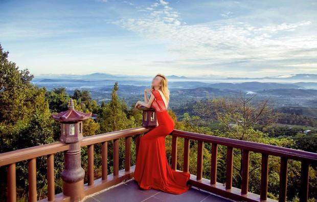 Hình ảnh phản cảm của cô gái ăn mặc hở hang, chụp ảnh uốn éo tại ngôi chùa quay MV Lạc Trôi - Ảnh 3.