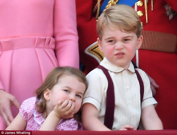 Công chúa nhỏ tựa vai, bắt chước hành động siêu đáng yêu của anh trai trong lễ mừng sinh nhật Nữ hoàng Anh - Ảnh 2.