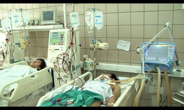 12 SV cả nam lẫn nữ ở Hà Nội nguy kịch vì ngộ độc rượu ngày 8/3: Rượu giá chỉ 14.000 đồng/ lít - Ảnh 3.