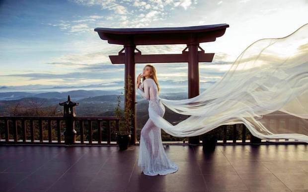 Hình ảnh phản cảm của cô gái ăn mặc hở hang, chụp ảnh uốn éo tại ngôi chùa quay MV Lạc Trôi - Ảnh 4.