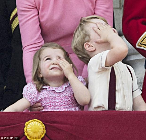 Công chúa nhỏ tựa vai, bắt chước hành động siêu đáng yêu của anh trai trong lễ mừng sinh nhật Nữ hoàng Anh - Ảnh 4.