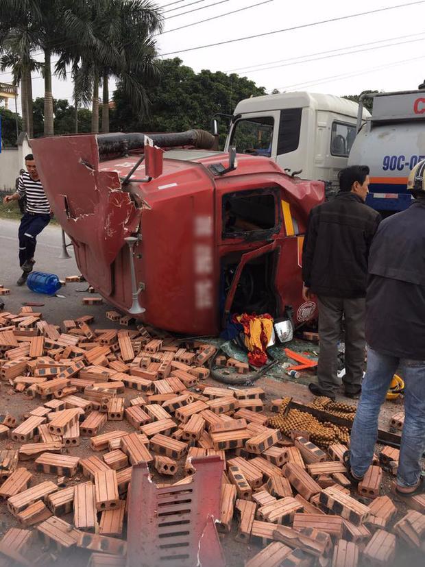 Tai nạn hy hữu: Container rụng mất buồng lái sau khi đâm vào xe tải chở gạch - Ảnh 4.