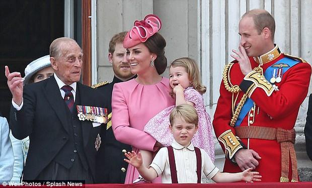 Công chúa nhỏ tựa vai, bắt chước hành động siêu đáng yêu của anh trai trong lễ mừng sinh nhật Nữ hoàng Anh - Ảnh 8.