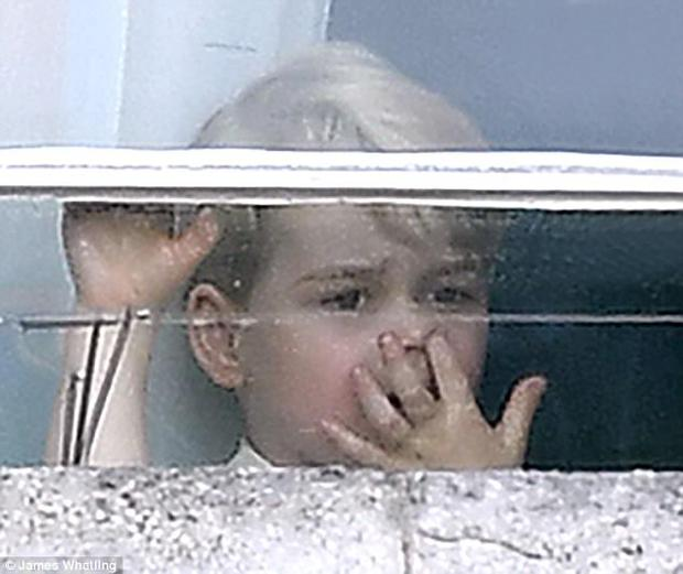 Công chúa nhỏ tựa vai, bắt chước hành động siêu đáng yêu của anh trai trong lễ mừng sinh nhật Nữ hoàng Anh - Ảnh 5.