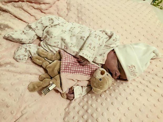 Mẹ chăm sóc và ôm ấp con gái sơ sinh đã qua đời suốt 16 ngày trước khi chôn cất - Ảnh 7.