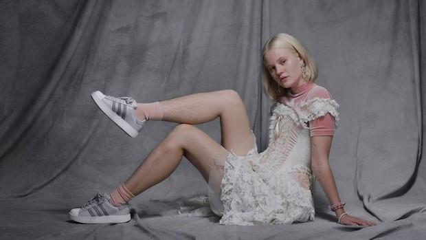 Để nguyên lông chân rậm rạp đi quay quảng cáo adidas, người mẫu nữ bị chỉ trích thậm tệ - Ảnh 3.