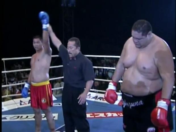 Võ sĩ sumo từng 4 lần vô địch bị hạ nhục nhã trên sàn MMA - Ảnh 2.