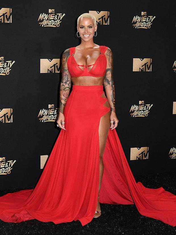 Thảm đỏ MTV Movie & TV Awards: Cara khoe đầu trọc, các sao tạo dáng khó khăn vì mưa đá - Ảnh 3.
