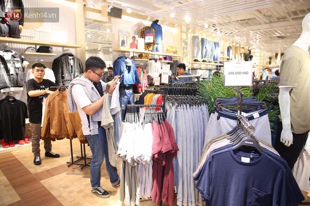 Pull&Bear Việt Nam ngày đầu mở bán: các bạn trẻ đến mua đông đúc ngay từ sáng - Ảnh 2.