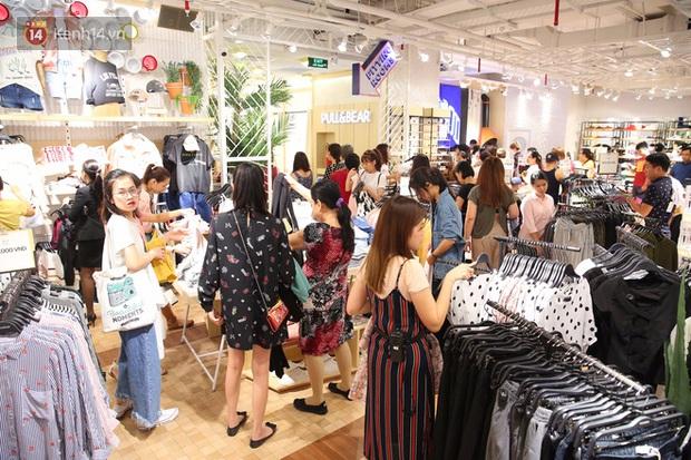 Pull&Bear Việt Nam ngày đầu mở bán: các bạn trẻ đến mua đông đúc ngay từ sáng - Ảnh 8.