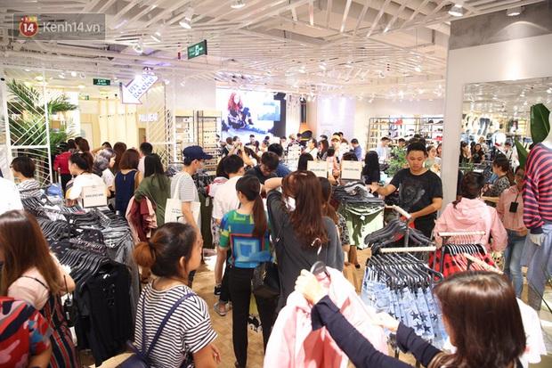 Pull&Bear Việt Nam ngày đầu mở bán: các bạn trẻ đến mua đông đúc ngay từ sáng - Ảnh 10.