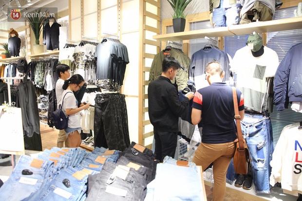 Pull&Bear Việt Nam ngày đầu mở bán: các bạn trẻ đến mua đông đúc ngay từ sáng - Ảnh 11.