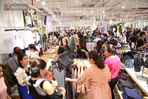 Pull&Bear Việt Nam ngày đầu mở bán: các bạn trẻ đến mua đông đúc ngay từ sáng - Ảnh 12.